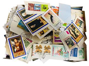 MONDE : 1 kg de timbres oblitérés.